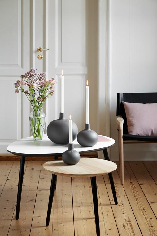 Selkeälinjaiset graniitinharmaat kynttilänjalat täydentävät kauniisti sisustusta