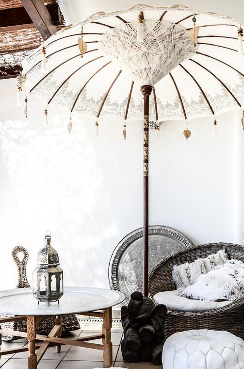 Kauniilla yksityiskohdilla koristeltu aurinkovarjo