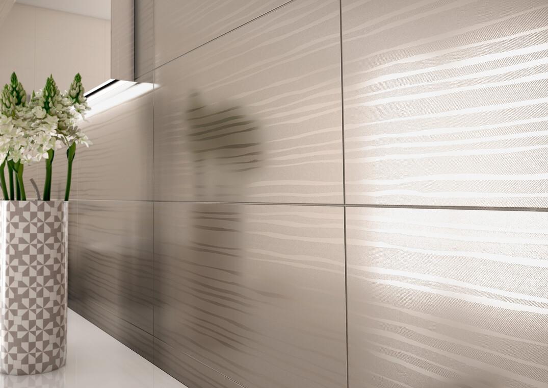 Laattojen tyylitelty raitakuvio elävöittää kylpyhuoneen pintoja