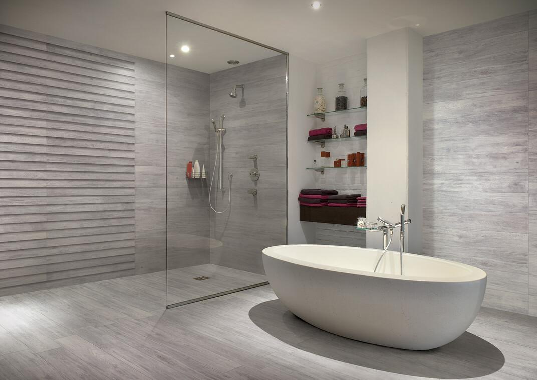 Uniikki ilme kylpyhuoneeseen puuta jäljittelevillä laatoilla