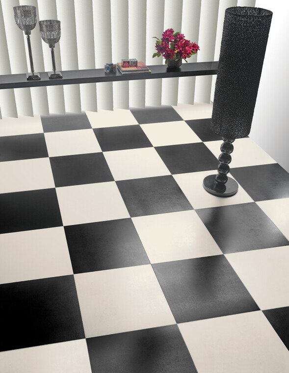 Mustavalkoinen shakkikuvio luo huoneeseen voimakkaan kontrastin