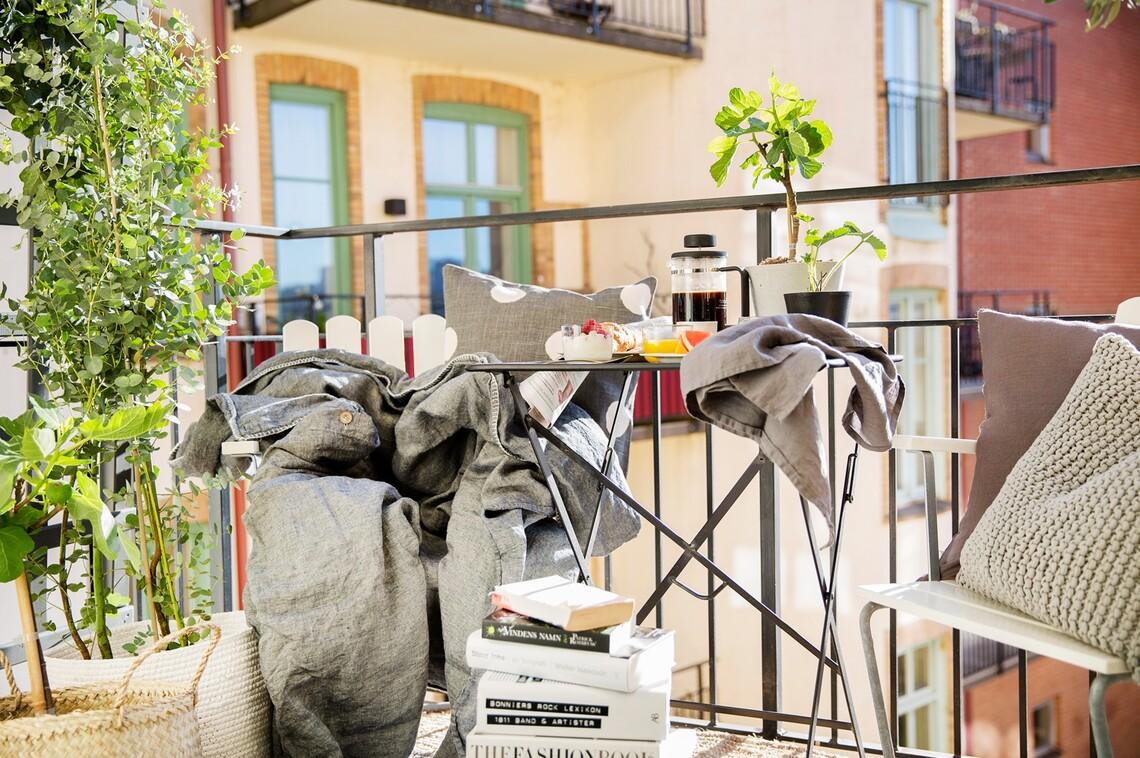 Pieni bistropöytä ja mukavat nojatuolit sopivat erinomaisesti parvekkeelle tai terassille