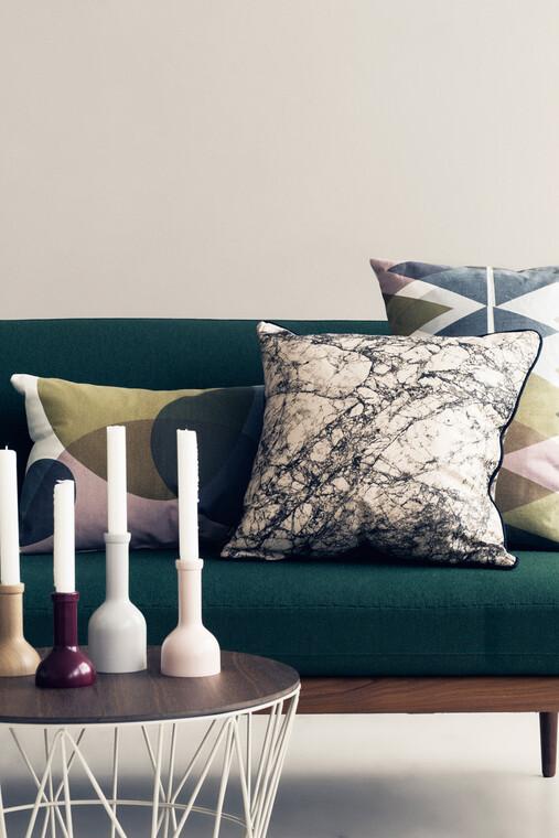 Rautaisen korin saa näppärästi muutettua sohvapöydäksi kannen avulla
