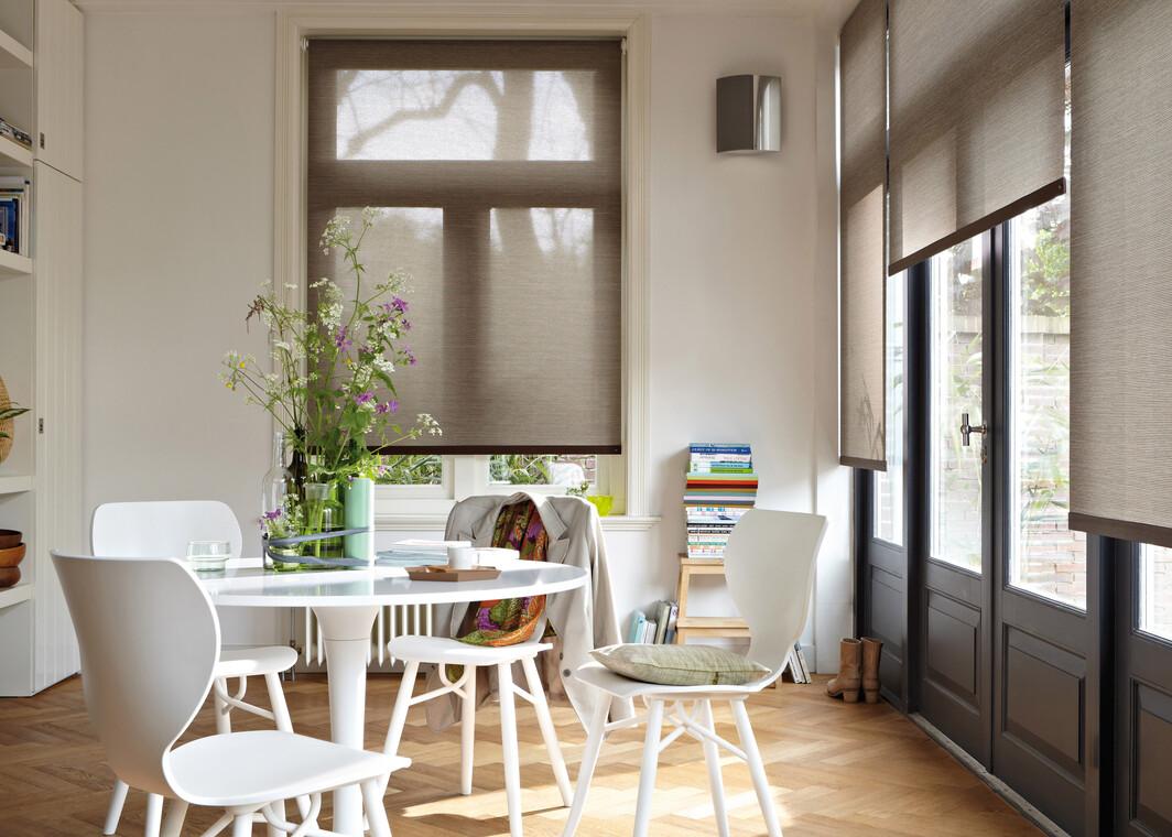 Ruskeat kaihtimet värittävät huoneen seinustaa kauniisti