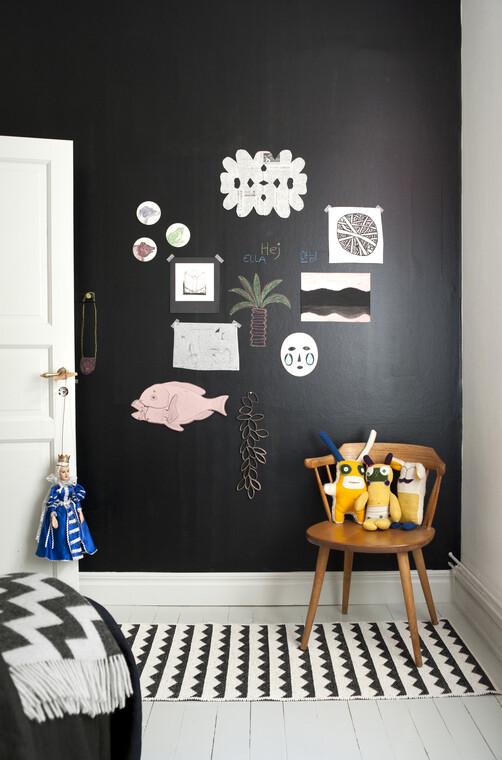 Graafisesti kuvioitu matto sitoo oivallisesti yhteen lastenhuoneen mustan seinustan ja valkoisen lattian