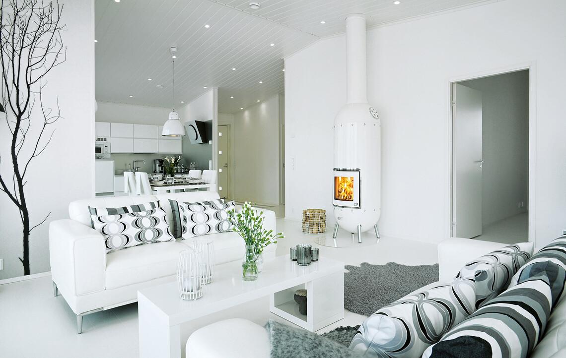 Valkoinen kevyttakka sopii täydellisesti olohuoneen puhtaanvalkoiseen sisustukseen
