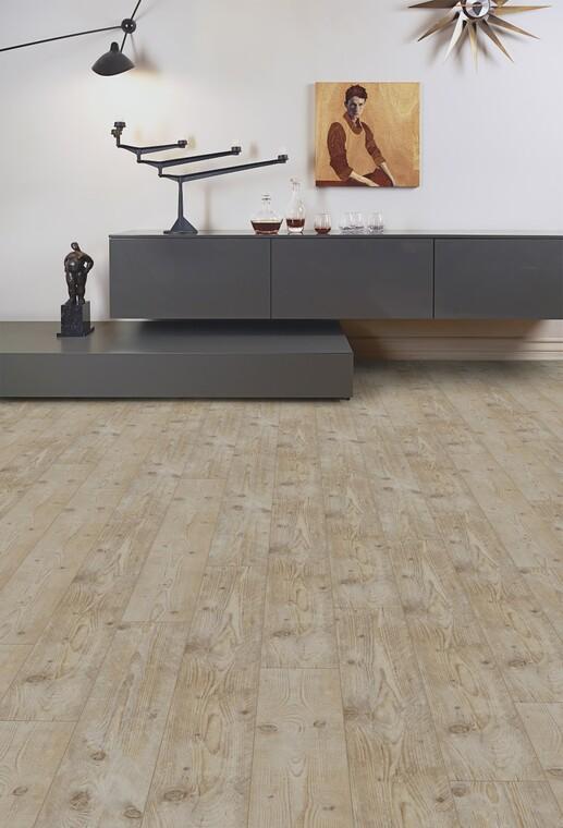 Männynsävyisessä lattialaminaatissa on luonnollisen kaunista kulumaa