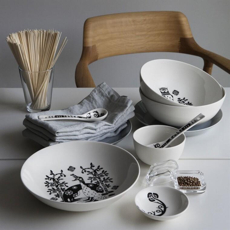 Kaunis graafinen muotokieli ja keveä perinteikkyys korostuvat astioiden kuvioinnissa