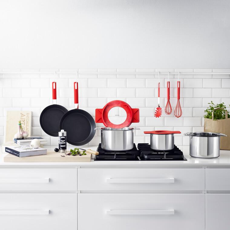 Punaisella tehostevärillä piristystä keittiön arkeen