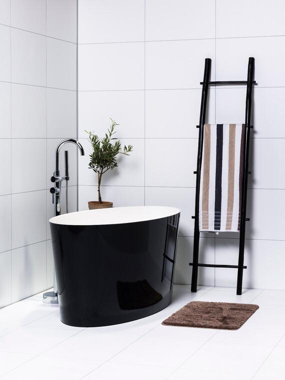 Musta kylpyamme kiinnittää katseen kylpyhuoneessa