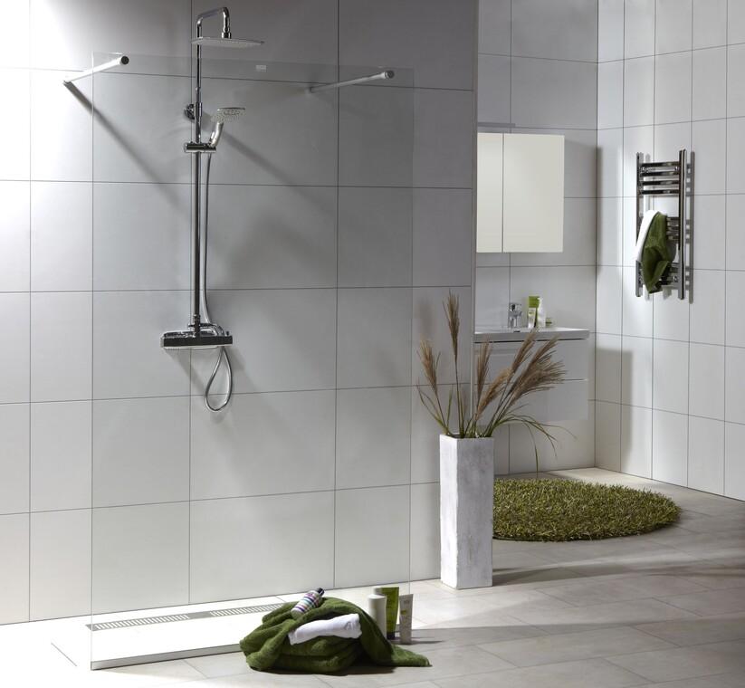 Kirkaslasinen suihkuseinä jakaa kylpyhuonetilaa