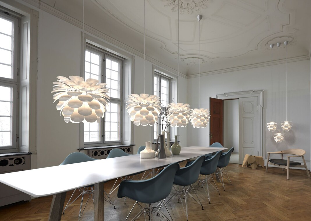 Moderni valaisin luo kontrastin huonetilan arkkitehtuurin piirteille