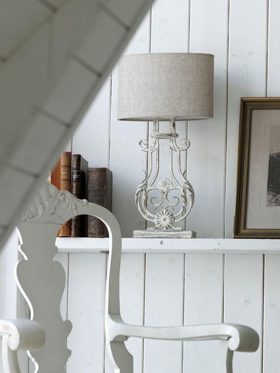 Valkean pöytävalaisimen rosoisen elegantti muotokieli vangitsee katseita