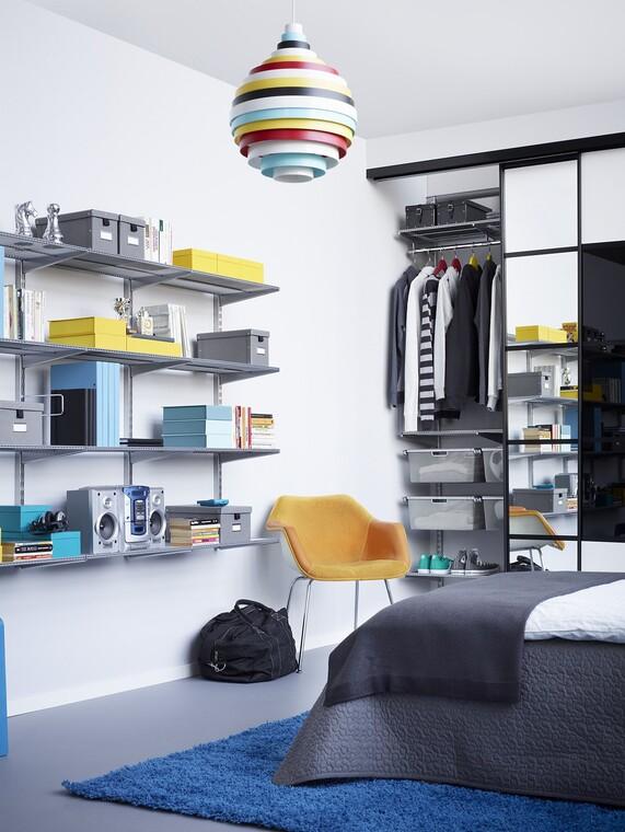 Nuorekkaan makuuhuoneen moderni ilme syntyy käytännöllisillä säilytysratkaisuilla.