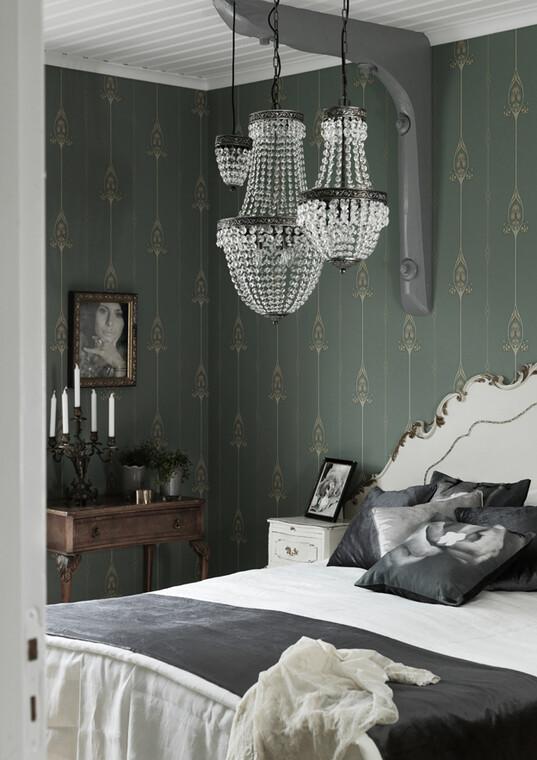 Klassinen valaisin luo hienostuneen tunnelman makuuhuoneen sisustukseen