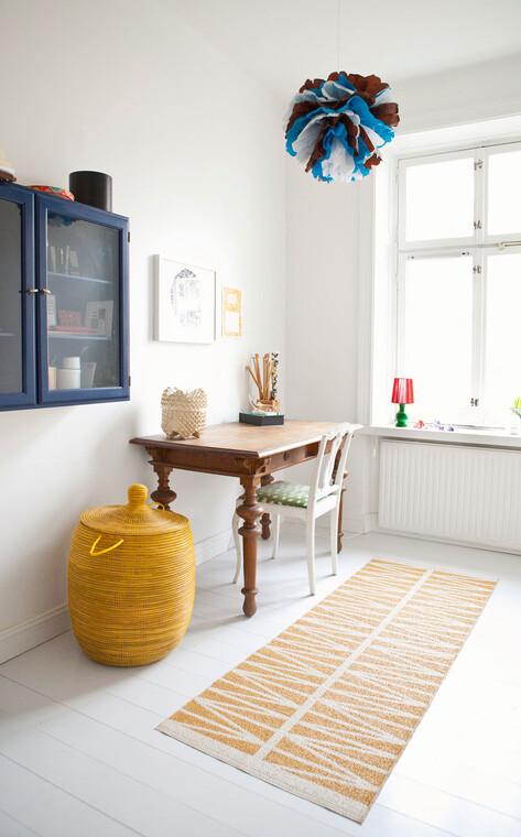 Kodikas ja inspiroiva työtila värikkäällä ja koristeellisella sisustuksella