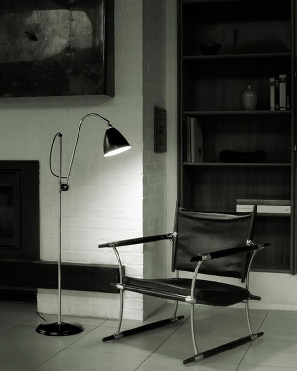 Klassista, hienostuneen teollistyylistä muotoilua olohuoneen lukupisteelle