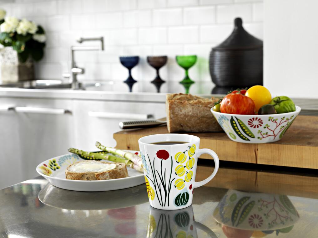 Värikkäät puutarhan kuva-aiheet piristävät arkisissa astioissa