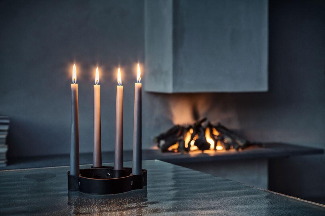 Iltojen pimentyessä kynttilöiden loiste luo tunnelmaa