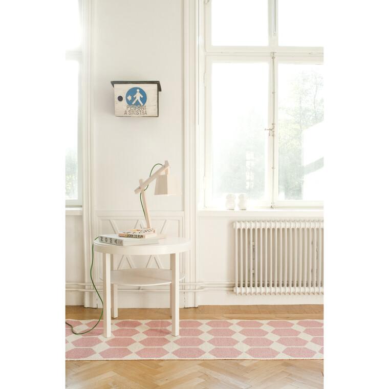 Selkeämuotoiset kalusteet ja tekstiilikuviot luovat kauniin kodin