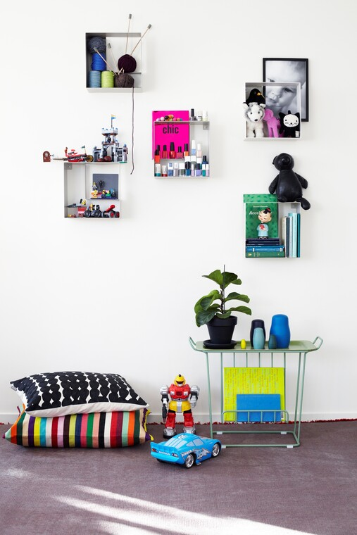 Modernit hyllytilat tuovat kauniit kodin tavarat esille