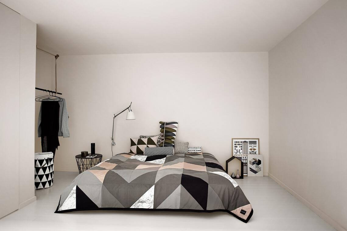 Modernin linjakkaita kuvioita ja muotoja makuuhuoneen sisustuksessa