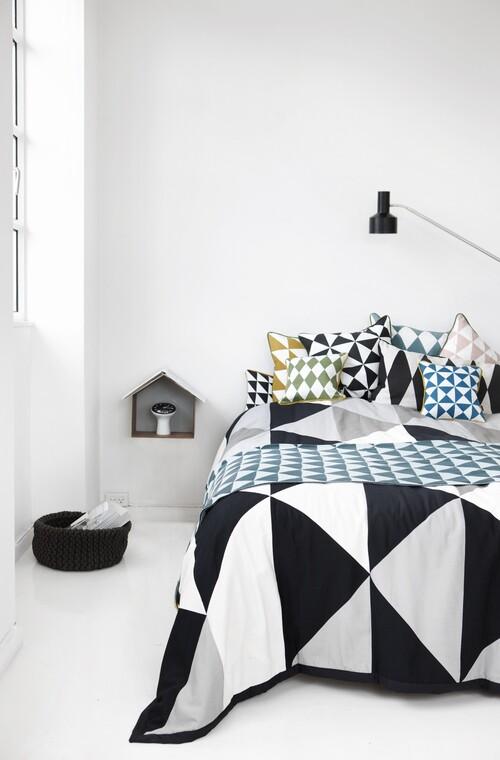 Tekstiilien geometrisillä kuvioilla raikas ilme makuuhuoneen sisustukseen