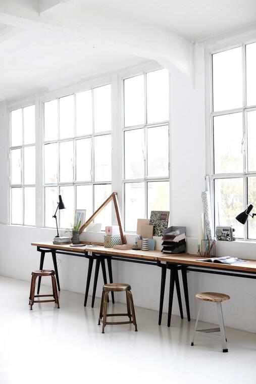 Tilava työtaso valoisan loft-huoneen seinustalla