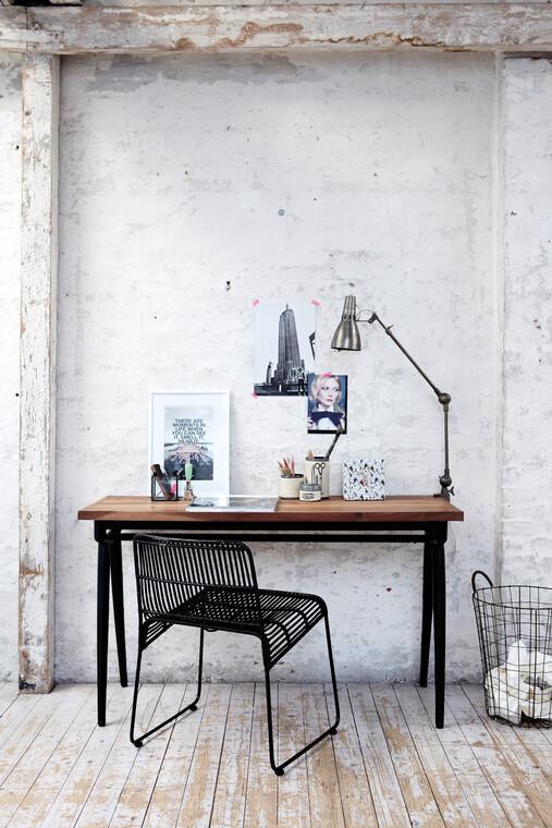 Tukeva työpöytä luo työpisteen karheapintaiseen huonetilaan