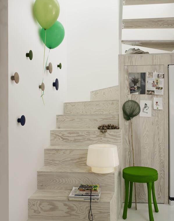 Kokeilevaa ja leikittelevää sisustusta portaikkotilassa