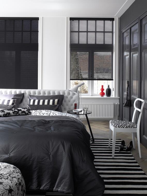 Upea mustavalkoinen makuuhuoneen sisustus