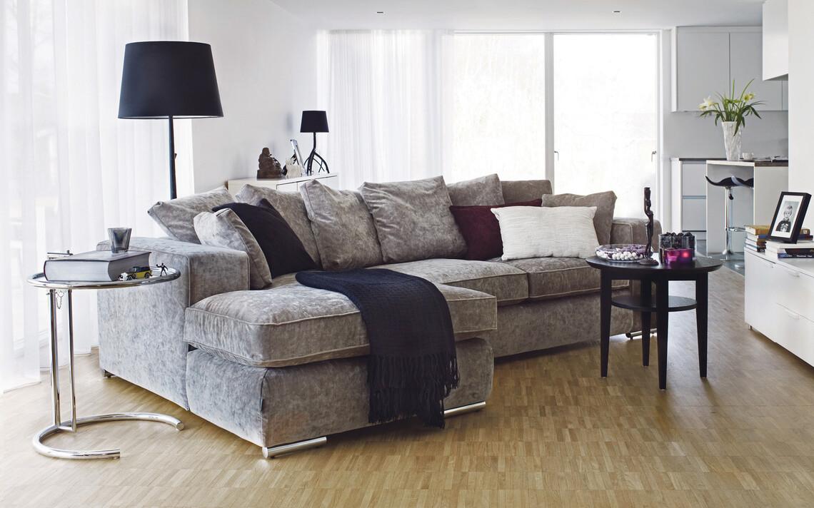 Ison sohvan parina näyttävä jalkavalaisin