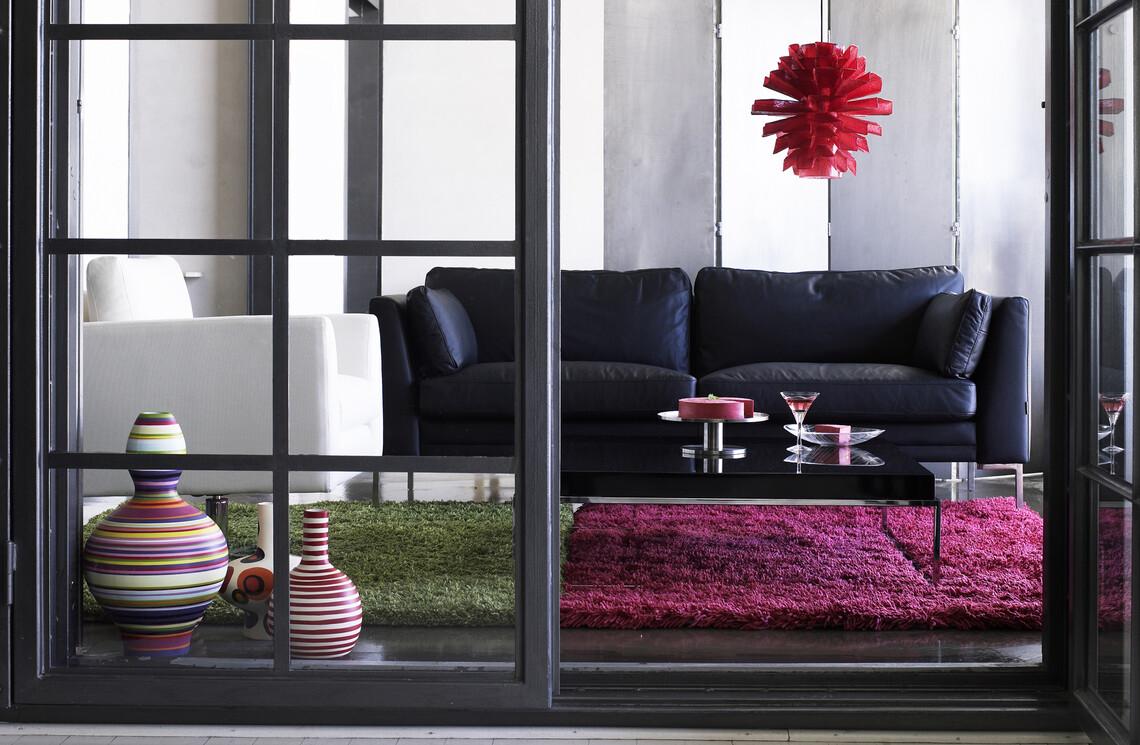 Näyttävä sohva kruunaa olohuoneen sisustuksen