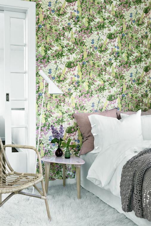 Makuuhuoneen sisustus värikkäällä kukkatapetilla