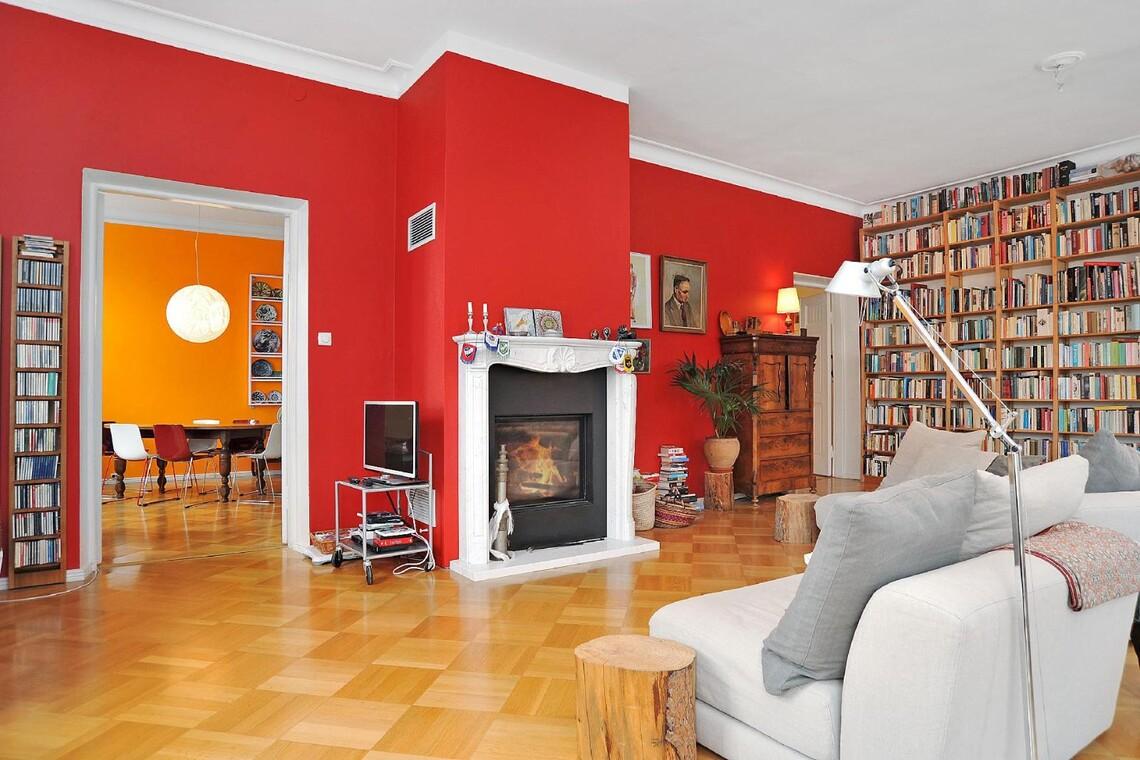 Rohkean punainen seinä olohuoneessa
