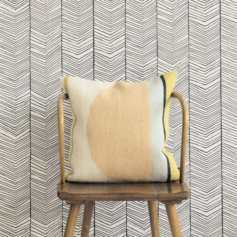 Tyylikkään graafisessa Herringbone-tapetissa on trendikäs kalanruotokuvio