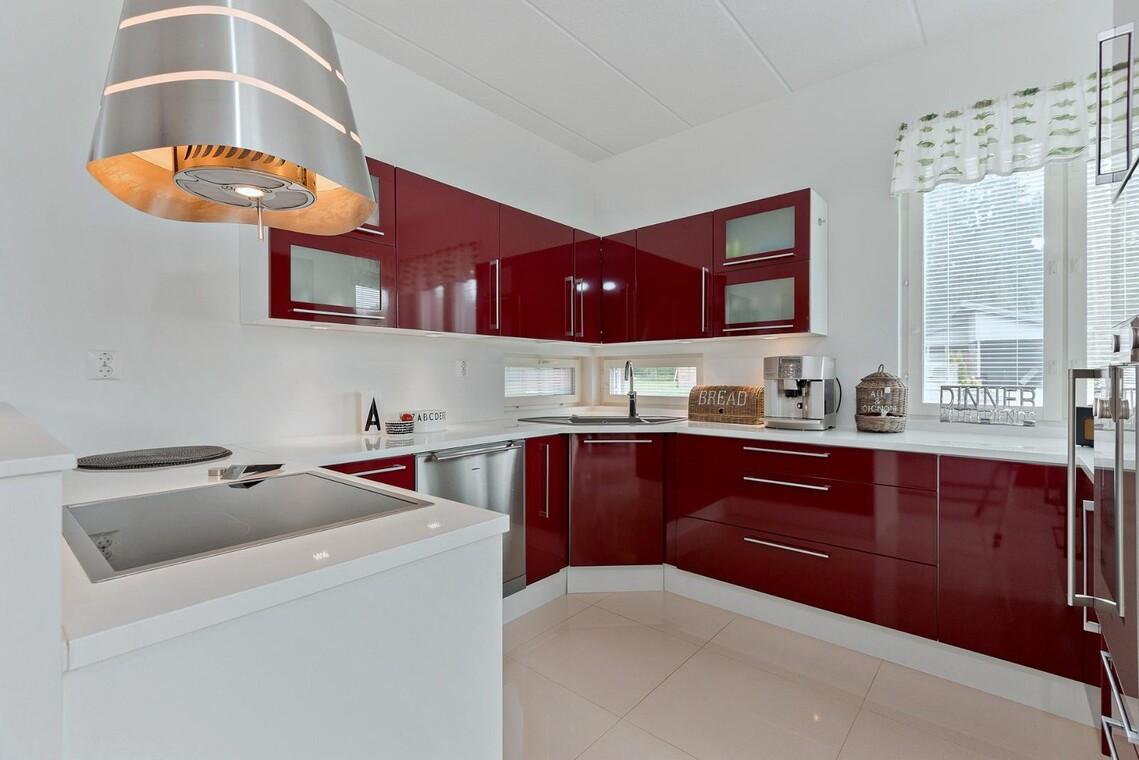 Punavalkoinen keittiö