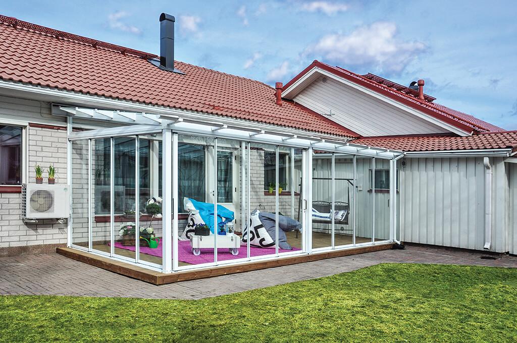 Rivitaloasunnon terassi muuttui mukavaksi oleskelupaikaksi lasituksen myötä