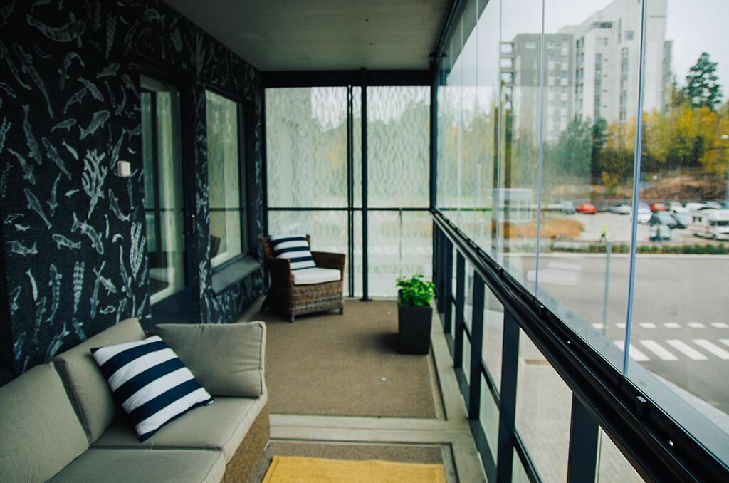 Lasitus suojaa parveketta tuulelta ja sateelta