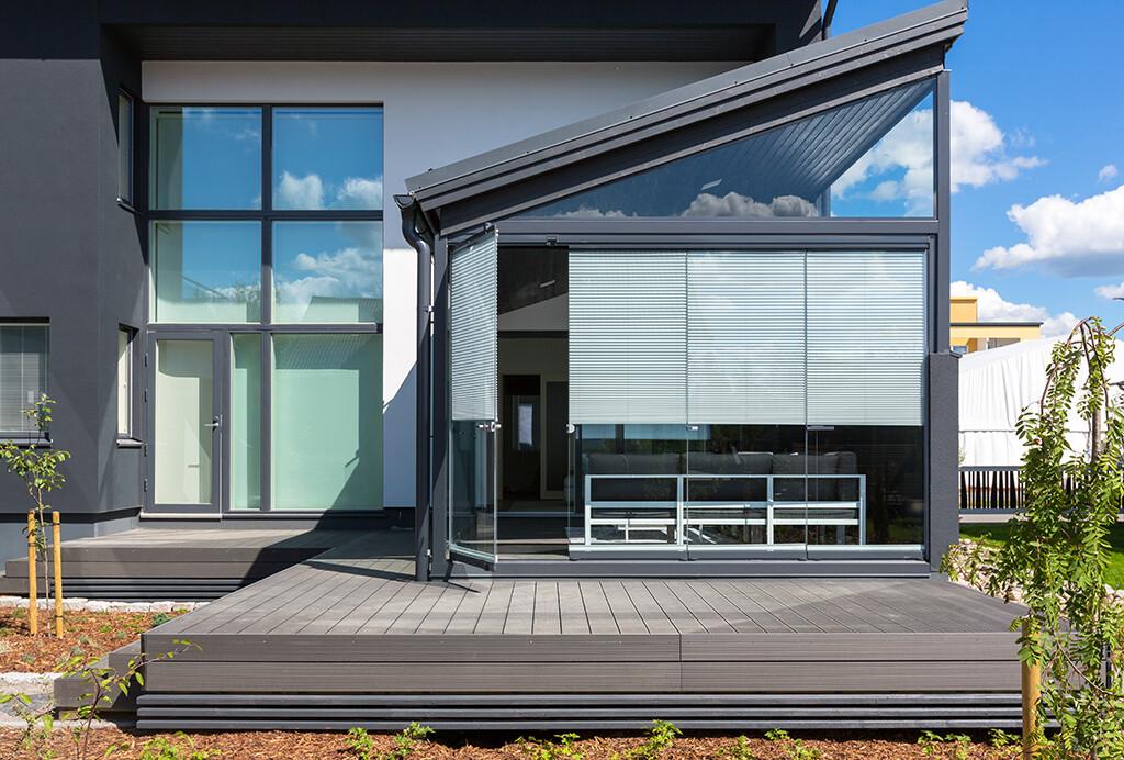 Lasitettu terassi istuu luontevasti modernin talon ilmeeseen
