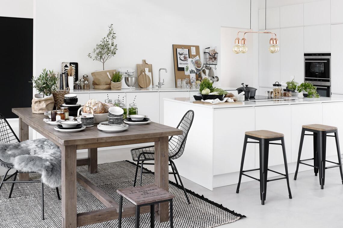 Valkoisen keittiön ilme on ihanan rento – huolella valitut esineet saavat olla esillä