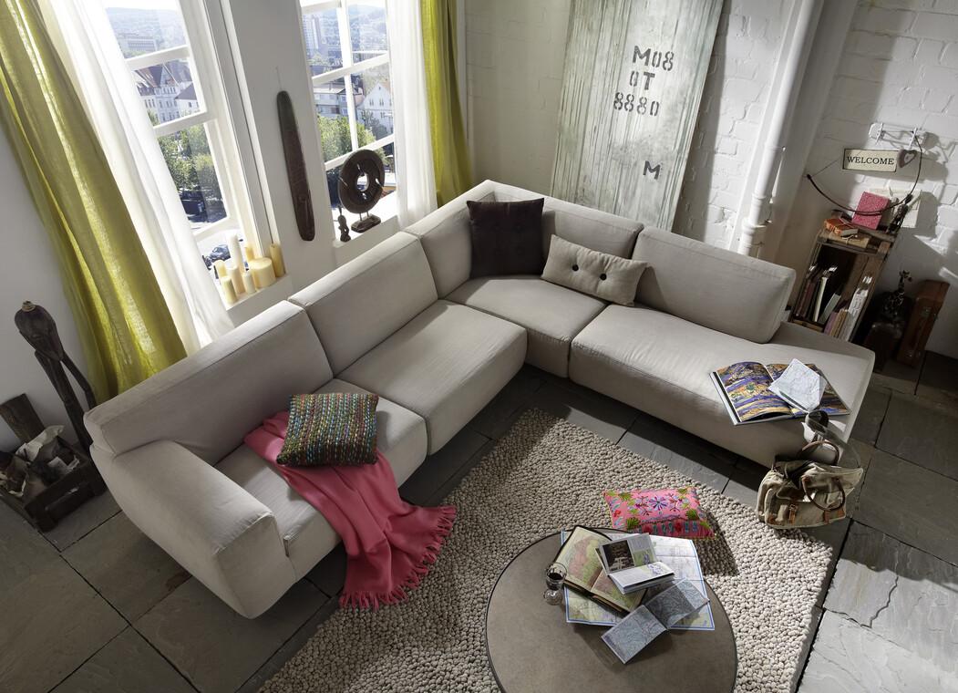 Reilunkokoinen sohva olohuoneessa