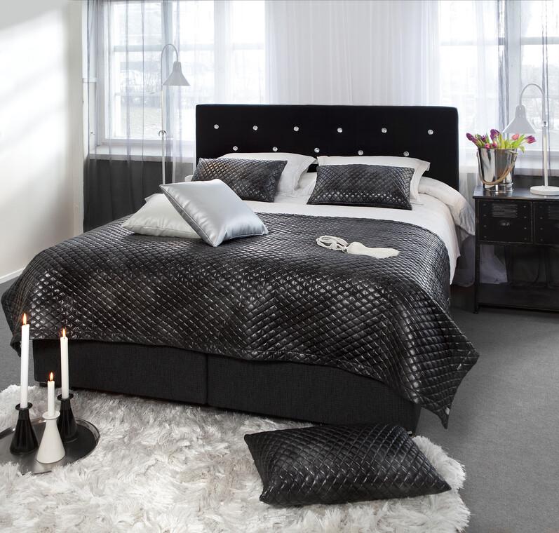 Tyylikästä glamouria makuuhuoneen sisustukseen kiiltäväpintaisia materiaaleilla
