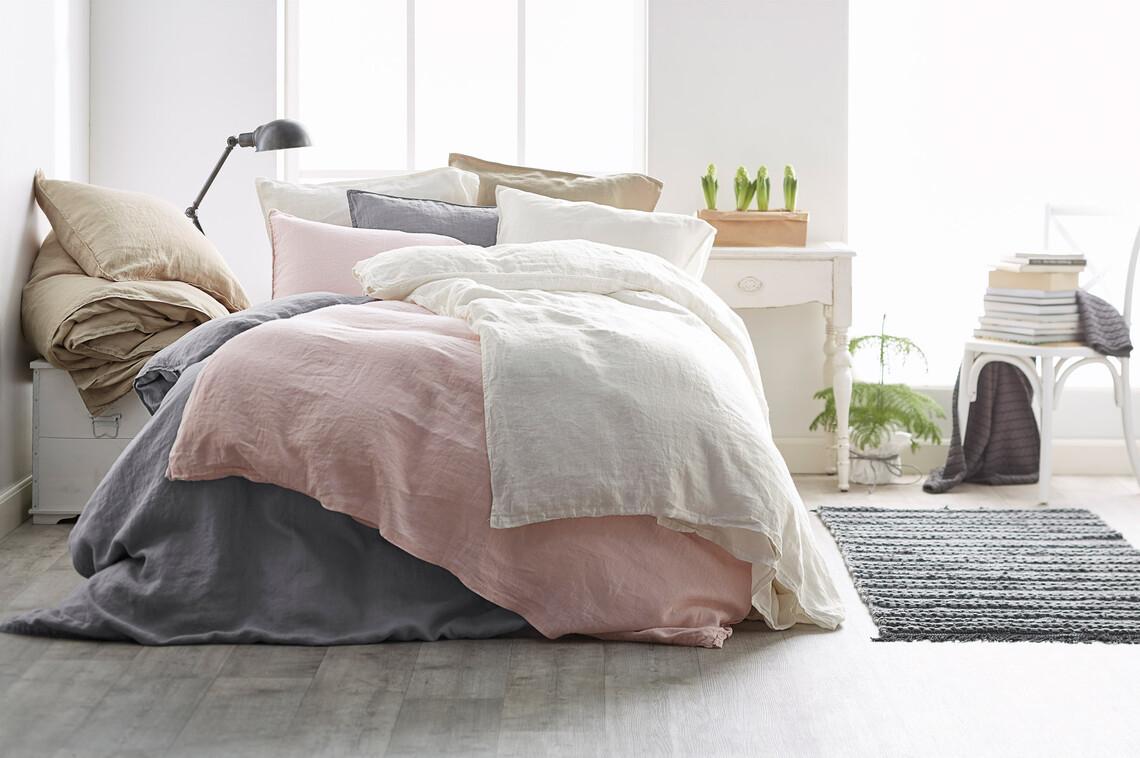 Pellavalakanat tuntuvat mukavalta ihoa vasten ja antavat makuuhuoneen sisustukseen rennon ilmeen