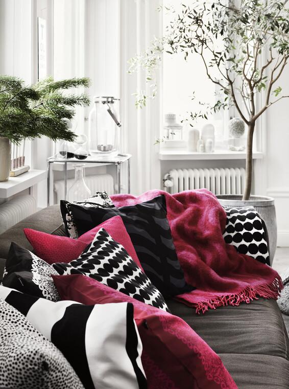 Sohvannurkkaan kelpaa käpertyä kauniiden koristetyynyjen ja pehmoisten torkkupeittojen keskelle