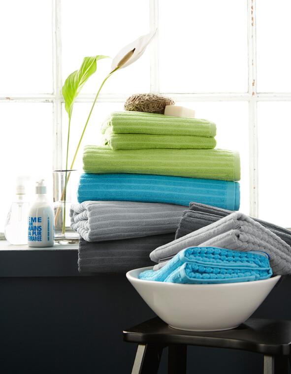 Värikkäät pyyhkeet raikastavat kylpyhuoneen ilmeen