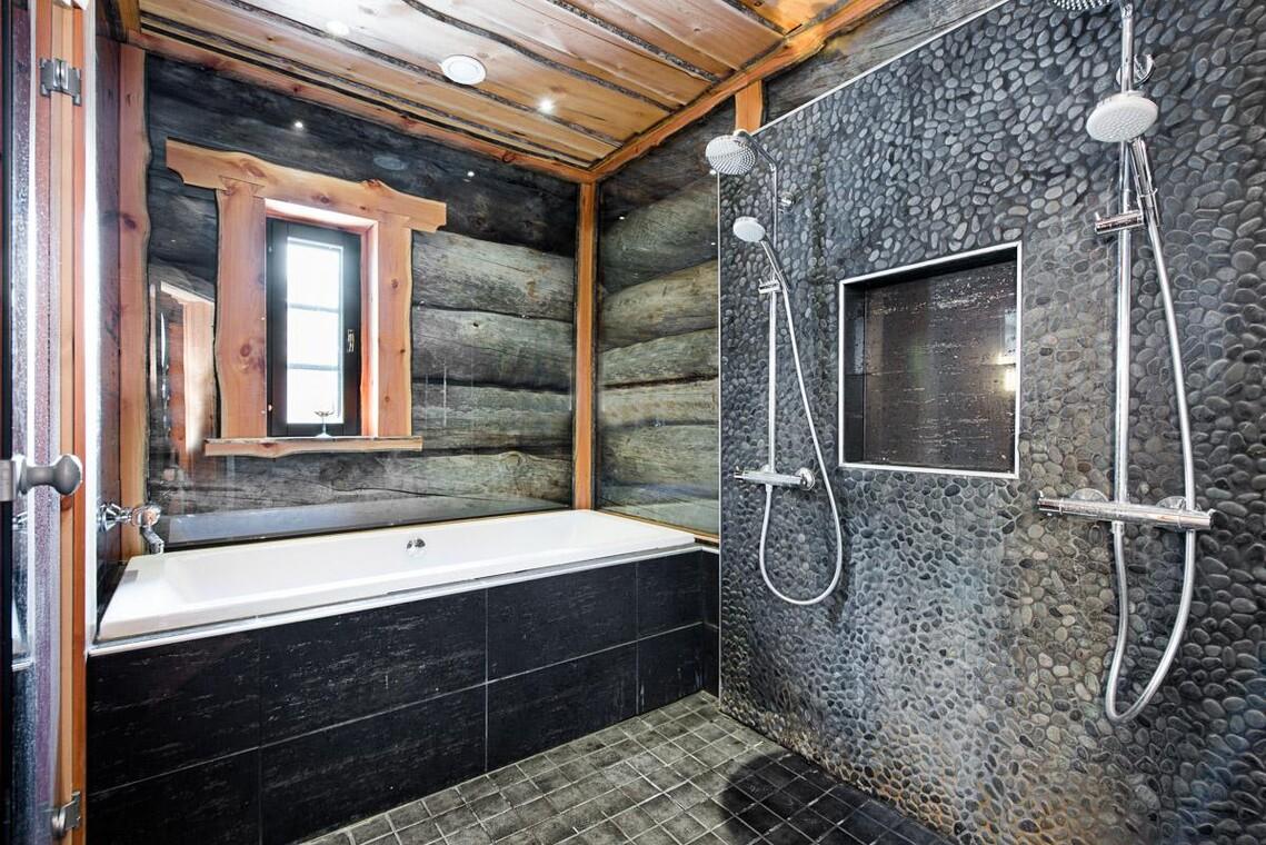 Kelohonkaa kylpyhuoneen seinissä