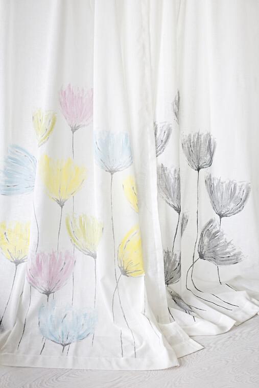 Kuiskaus-verhoissa toistuu kaunis kukkakuvio