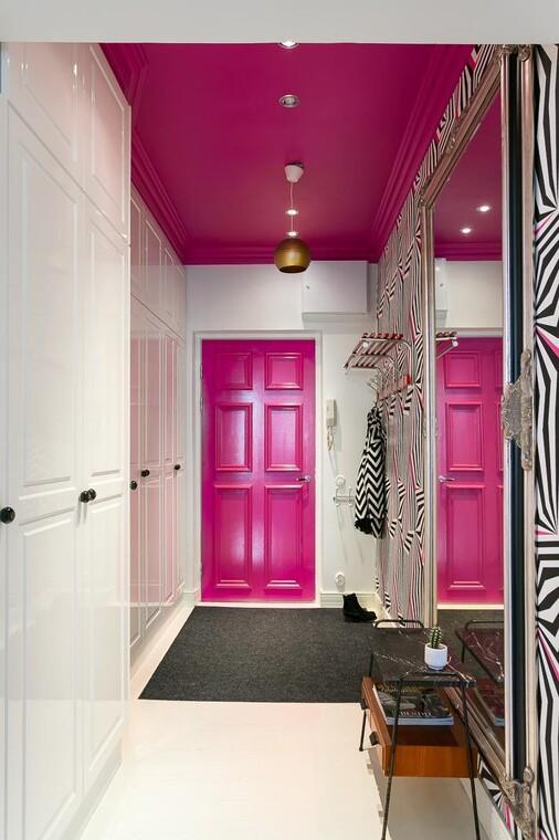 Pinkki ovi ja katto eteisessä