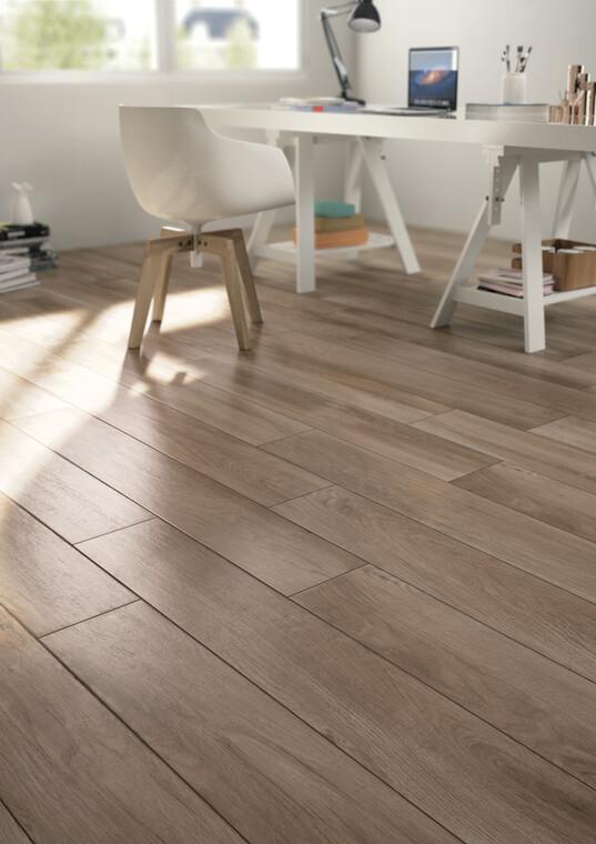 Kauniit puuta jäljittelevät laatat lattiassa